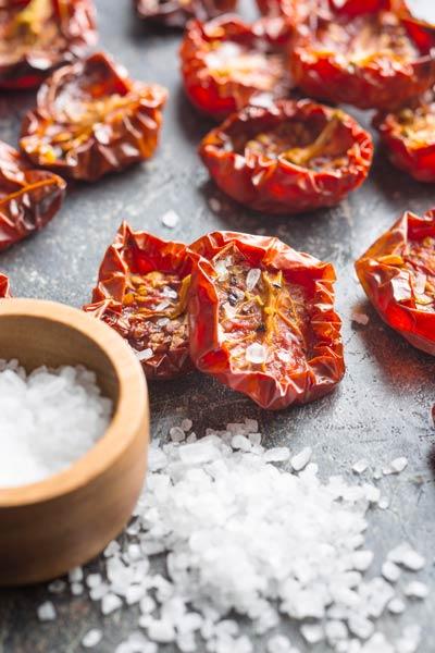 Tomaten aus dem Dörrautomat mit Salz
